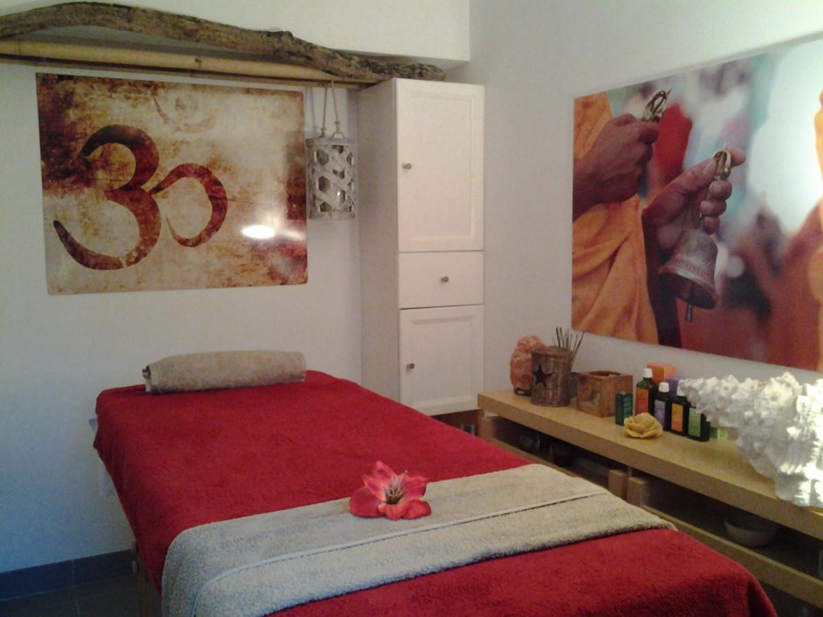 massage-huile-weleda-table-massage-relaxant-reflexologie-plantaire-ayurvedique-amincissant-om-relax-institut-combrit-sainte-marine-relaxant-pierres-chaudes-pont-l'abbé-pont-labbe-penmarch